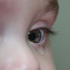 Fiti in alerta cand le lacrimeaza ochii celor mici