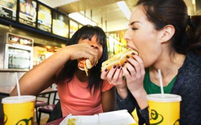 10 motive pentru care sa NU mananci hot-dog