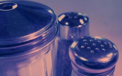 Sarea si zaharul ingrasa. Iata cum sa diminuezi sarea si zaharul din dieta, fara a renunta la alimentele gustoase
