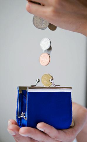 Salariul mediu brut a crescut cu 12 lei, pana la 2.017 lei, in septembrie 2011