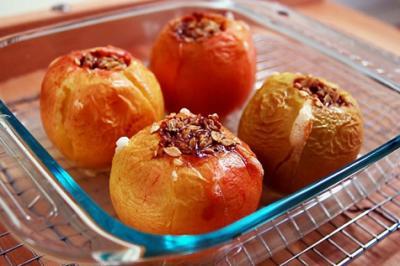 Un desert delicios: Mere coapte cu nuca, scortisoara si miere