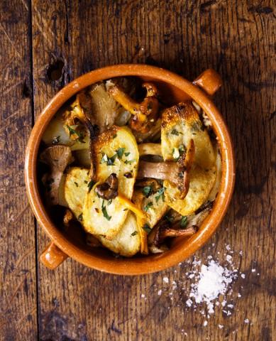 Cartofi la cuptor cu ciuperci si branza sarata