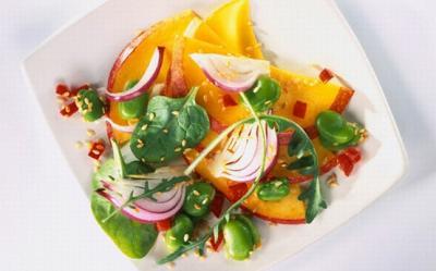 Salata de mango cu lamaie, ceapa si seminte