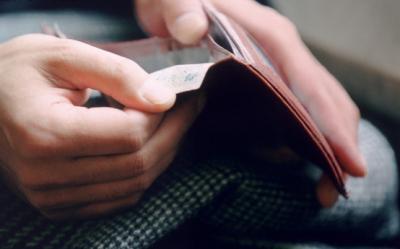 Beneficiile de asistenta sociala se suspenda cinci luni pentru cei care nu-si platesc impozitele locale