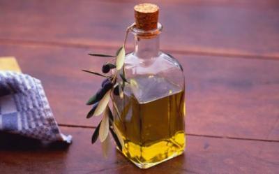 Uleiul de masline poate fi folosit in loc de crema hidratanta sau exfolianta