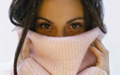 Femeile imbatranesc cu 5 ani, in fiecare iarna. Afla de ce si ce poti face pentru a te proteja