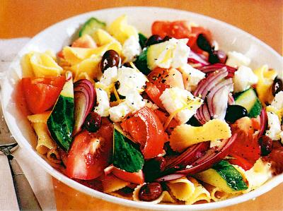 Top 3 salate care ingrasa mai rau decat produsele fast-food