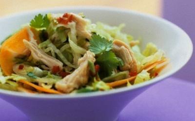 Salata vietnameza de pui cu alune