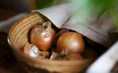 Nu arunca foile de ceapa! Contin fibre, flavonoizi si au multe beneficii pentru sanatate