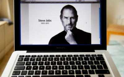 Biografia lui Steve Jobs. Din garajul casei parintesti, la idol al tehnologiei