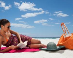 5 lucruri care nu trebuie sa-ti lipseasca din geanta de plaja