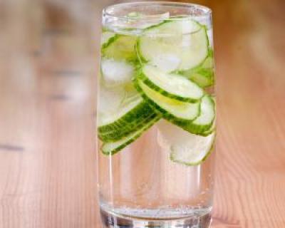 4 motive pentru a bea zilnic apa cu castravete