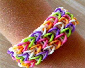 Bratarile elastice Rainbow Loom, periculoase pentru copii si adolescenti