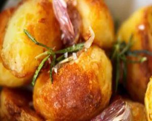Cartofi la cuptor cu rozmarin si usturoi - reteta lui Jamie Oliver