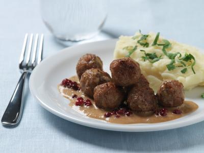 Reteta. Chiftelute suedeze cu sos de merisoare