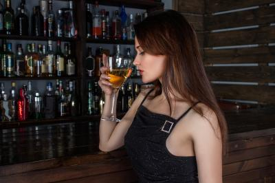 STUDIU: consumul de alcool poate creste riscul de cancer la san