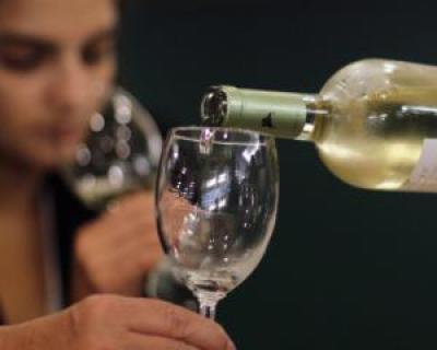 Preferi vinul alb sau vinul rosu? Beneficiile pentru sanatate