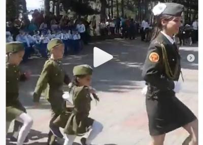 VIDEO 500 de copii au fost inarmati si pusi sa defilezi in Rusia