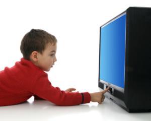 Cum ii influenteaza pe copii uitatul la televizor