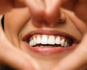 Cum sa ai dinti albi si stralucitori fara sa mergi la dentist