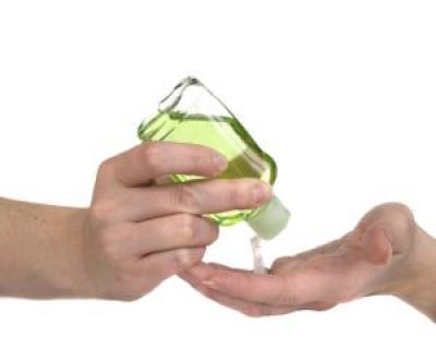 Folosesti geluri de maini antibacteriene? Iata cat sunt de periculoase!