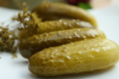 Retete culinare inedite: Mancare de castraveti murati cu masline!
