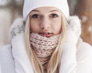 Firele de par se usuca si se rup mai des iarna: Cum le protejam