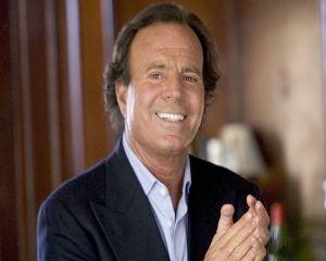 Julio Iglesias revine in Romania. Cat costa biletele la concertele din Bucuresti si Cluj-Napoca