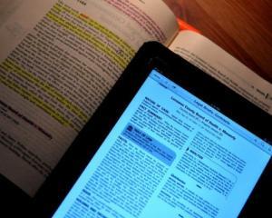 Oficial: elevii de clasa I si a II-a primesc manuale electronice in septembrie