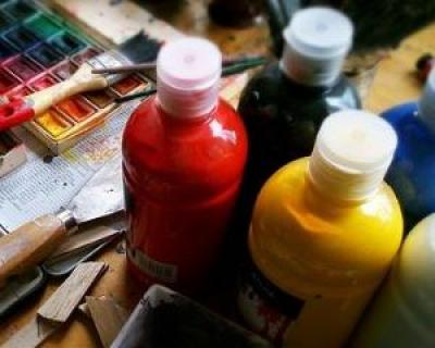 Cum sa-ti faci propriile decoratiuni de Craciun cu materiale de pictura