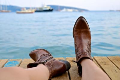 Te strang pantofii? Iata cum ii poti face mai comozi