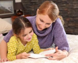 Povestile citite inainte de culcare imbunatatesc relatia dintre parinti si copii