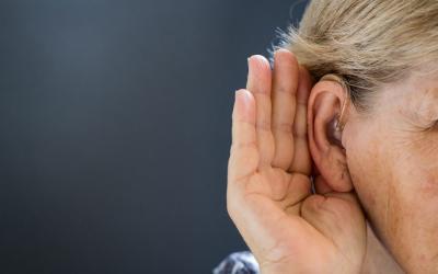 Pierderea treptata a auzului creste riscul depresiei