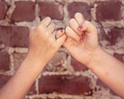 De ce riscam sa ne pierdem prietenii? Sfatul psihologului