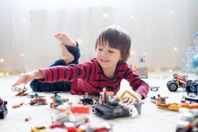 3 motive pentru care copilul tau trebuie sa invete sa se joace si singur