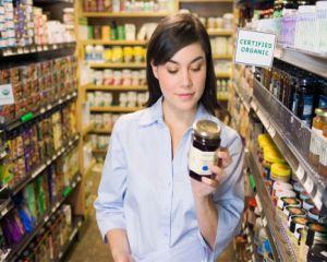 Tot mai multe persoane se imbolnavesc din cauza chimicalelor din alimente