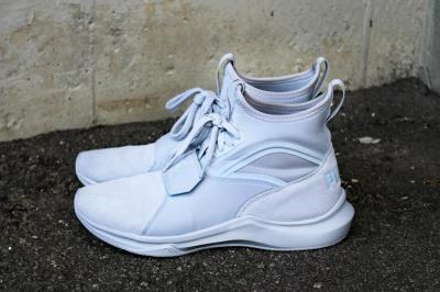 Cum integram sneakersii Puma in moda de strada