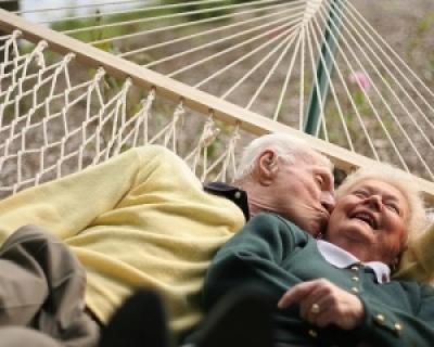 Studiu: Cearta este inlocuita de umor intr-o casatorie de lunga durata