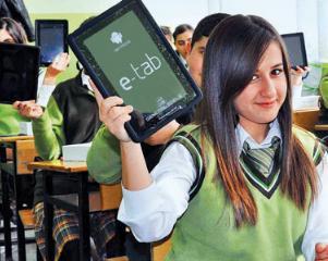 Elevii de clasa a III-a primesc tablete gratuite