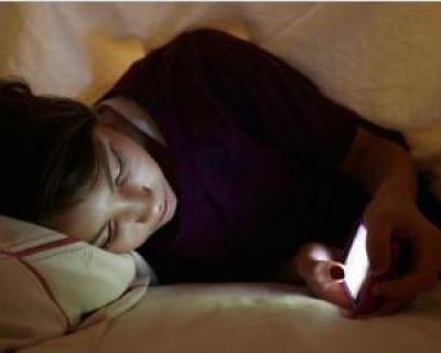 Iti folosesti telefonul mobil noaptea? Iata la ce pericole esti expus
