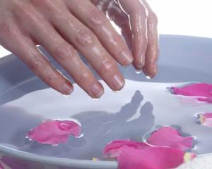 5 trucuri pentru hidratarea mainilor uscate pe timp de vara