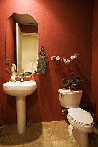 Amenajare baie in culori inchise