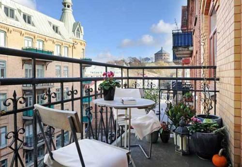 Amenajarea balcon exterior cu masute pentru cafea