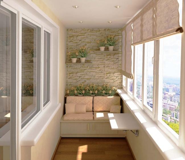 Amenajarea balconului cu o canapea si flori