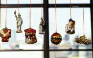Decoratiuni de Craciun DIY: Ghirlanda de globuri pentru fereastra
