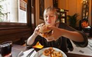 Mancarea fast-food ne face depresivi