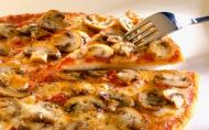 Pizza cu macaroane si branza