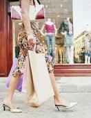 Femeile vanatoare de noi tendinte - permanent in pas cu moda (episodul VI)