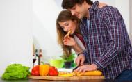 Ai grija ce ii dai sa manance iubitului, daca vrei sa aveti un copil. Lista alimentelor care scad sansele ca un barbat sa devina tata