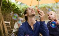 Beneficiile paternitatii: sosirea unui copil ii schimba pe barbati in bine